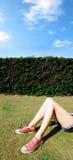 Muchacha Relaxed que se acuesta en un campo Foto de archivo libre de regalías