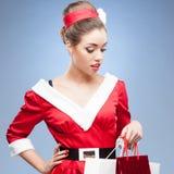 Muchacha retra alegre que sostiene bolsos de compras Imágenes de archivo libres de regalías