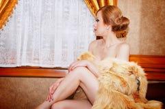 Muchacha retra atractiva hermosa en tren de carromatos Imágenes de archivo libres de regalías