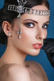 Muchacha retra del modelo de moda de la belleza sobre fondo azul Retrato de la mujer del estilo de la vendimia Imagenes de archivo