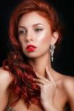 Muchacha retra del modelo de moda de la belleza sobre fondo negro Retrato de la mujer del estilo de la vendimia Foto de archivo libre de regalías
