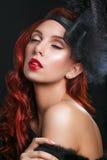 Muchacha retra del modelo de moda de la belleza sobre fondo negro Vintage s Foto de archivo