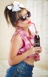 Muchacha retra hermosa que sostiene una coca vieja del vintage Imagen de archivo libre de regalías