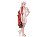 Muchacha retra linda en el mini vestido que lleva la bolsa de golf roja sobre su sho Foto de archivo libre de regalías