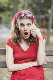 Muchacha retra roja chocada Fotos de archivo libres de regalías