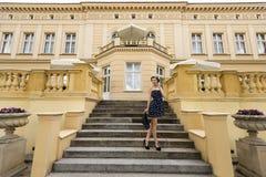 Muchacha rica en azul cerca de un palacio grande fotografía de archivo