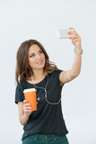 Muchacha rizada con el teléfono móvil Fotografía de archivo