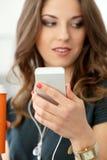 Muchacha rizada con el teléfono móvil Imagen de archivo