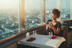Muchacha rizada del ébano que hace el selfie en restrurant Fotos de archivo