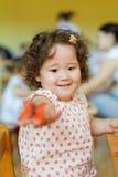 Muchacha rizada del Kazakh que juega en centro de desarrollo de los niños Fotos de archivo
