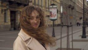 Muchacha rizada joven linda que presenta delante de la cámara metrajes