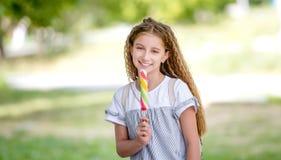 Muchacha rizada linda del adolescente que come el helado Fotos de archivo libres de regalías