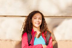 Muchacha rizado-cabelluda adolescente con la mochila al aire libre Fotografía de archivo