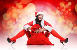 Muchacha roja atractiva de santa con un bolso Foto de archivo