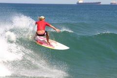 Muchacha roja de la persona que practica surf Imagenes de archivo