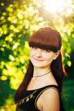 Muchacha roja del pelo de la belleza feliz joven en naturaleza adentro Fotografía de archivo libre de regalías