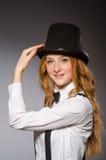 Muchacha roja del pelo en estilo clásico contra gris Fotos de archivo libres de regalías
