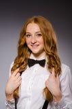 Muchacha roja del pelo en estilo clásico contra gris Foto de archivo libre de regalías