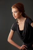 Muchacha roja del pelo que presenta para la manera Imagen de archivo libre de regalías