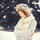Muchacha en parque del invierno Fotos de archivo libres de regalías