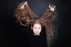Muchacha roja sonriente del pelo Niño con el pelo ondulado largo Imagen de archivo libre de regalías