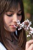 Muchacha romántica adolescente que lleva a cabo la rama del flor de la almendra Fotos de archivo