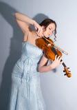 Muchacha romántica atractiva que toca el violín Imágenes de archivo libres de regalías