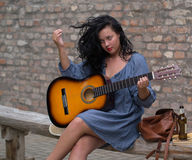 Muchacha romántica con la guitarra fotos de archivo libres de regalías