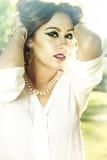 Muchacha romántica de la belleza al aire libre. Dressed modelo adolescente hermoso adentro Foto de archivo