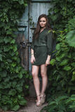 Muchacha romántica de la belleza al aire libre Dressed modelo adolescente hermoso en el vestido verde de moda que presenta al air Imagenes de archivo
