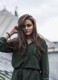 Muchacha romántica de la belleza al aire libre Dressed modelo adolescente hermoso en el vestido verde de moda que presenta al air Fotos de archivo libres de regalías