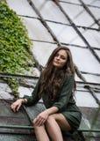 Muchacha romántica de la belleza al aire libre Dressed modelo adolescente hermoso en el vestido verde de moda que presenta al air Fotografía de archivo