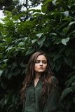 Muchacha romántica de la belleza al aire libre Dressed modelo adolescente hermoso en el vestido verde de moda que presenta al air Fotografía de archivo libre de regalías