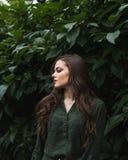 Muchacha romántica de la belleza al aire libre Dressed modelo adolescente hermoso en el vestido verde de moda que presenta al air Foto de archivo libre de regalías