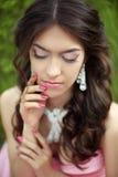 Muchacha romántica de la belleza al aire libre maquillaje joyería hairstyle beaut Imagen de archivo libre de regalías
