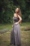Muchacha romántica de la belleza al aire libre Modelo adolescente con la ropa informal en parque Pelo largo que sopla Fotos de archivo