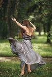 Muchacha romántica de la belleza al aire libre Modelo adolescente con la ropa informal en parque Pelo largo que sopla Imagen de archivo libre de regalías