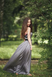 Muchacha romántica de la belleza al aire libre Modelo adolescente con la ropa informal en parque Pelo largo que sopla Fotografía de archivo