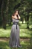 Muchacha romántica de la belleza al aire libre Modelo adolescente con la ropa informal en parque Pelo largo que sopla Imagenes de archivo