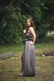 Muchacha romántica de la belleza al aire libre Modelo adolescente con la ropa informal en parque Pelo largo que sopla Fotografía de archivo libre de regalías