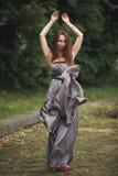 Muchacha romántica de la belleza al aire libre Modelo adolescente con la ropa informal en parque Pelo largo que sopla Imagen de archivo