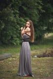 Muchacha romántica de la belleza al aire libre Modelo adolescente con la ropa informal en parque Pelo largo que sopla Fotos de archivo libres de regalías