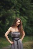 Muchacha romántica de la belleza al aire libre Modelo adolescente con la ropa informal en parque Pelo largo que sopla Foto de archivo