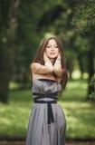 Muchacha romántica de la belleza al aire libre Modelo adolescente con la ropa informal en parque Pelo largo que sopla Foto de archivo libre de regalías