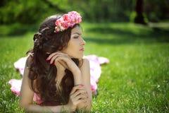 Muchacha romántica de la belleza al aire libre Muchacha modelo adolescente hermosa con Imagen de archivo libre de regalías