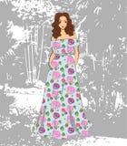 Muchacha romántica de moda en vestido maxi floral stock de ilustración