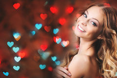 Muchacha romántica en un fondo de corazones Imagen de archivo libre de regalías