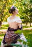 Muchacha romántica en un vestido de noche que lleva a cabo las manos de un mantón Foto de archivo libre de regalías