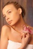Muchacha romántica en una toalla Fotografía de archivo