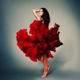 Muchacha romántica hermosa en vestido rojo de la flor con el pelo largo del broun Foto de archivo libre de regalías